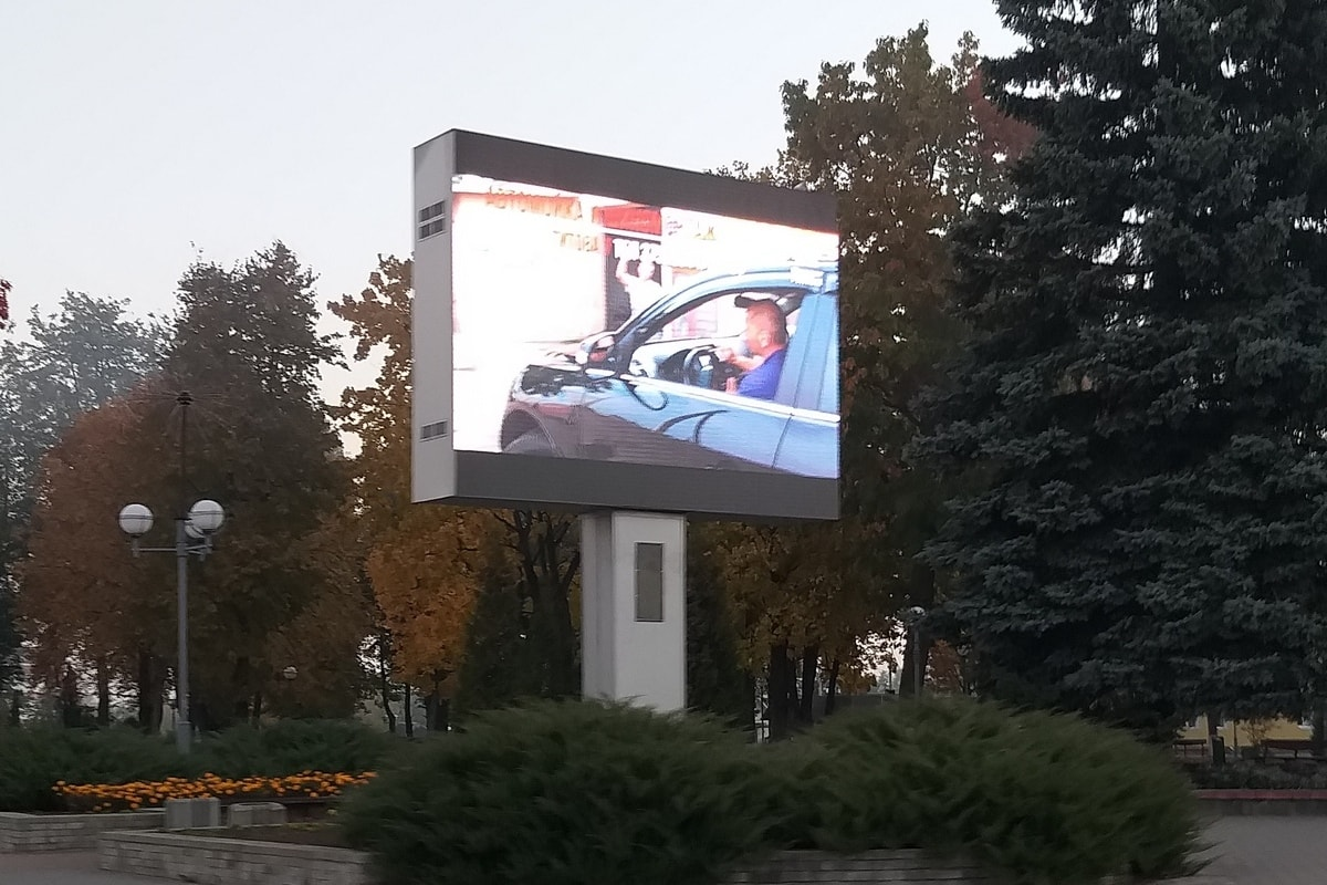 Svetodiodnyy-LED-ekran-R8-polnocvetnyy-SCHuchin-min
